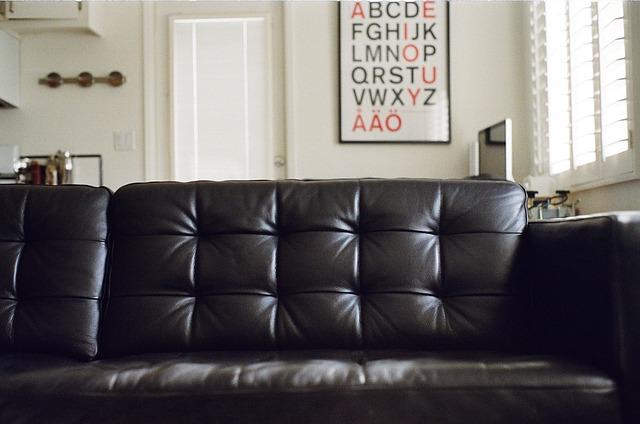 Чистка диванов из кожи